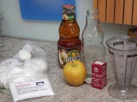 Zutaten fürs Met brauen - Nährsalz, Hefe, Apfelsaft, ein Apfel