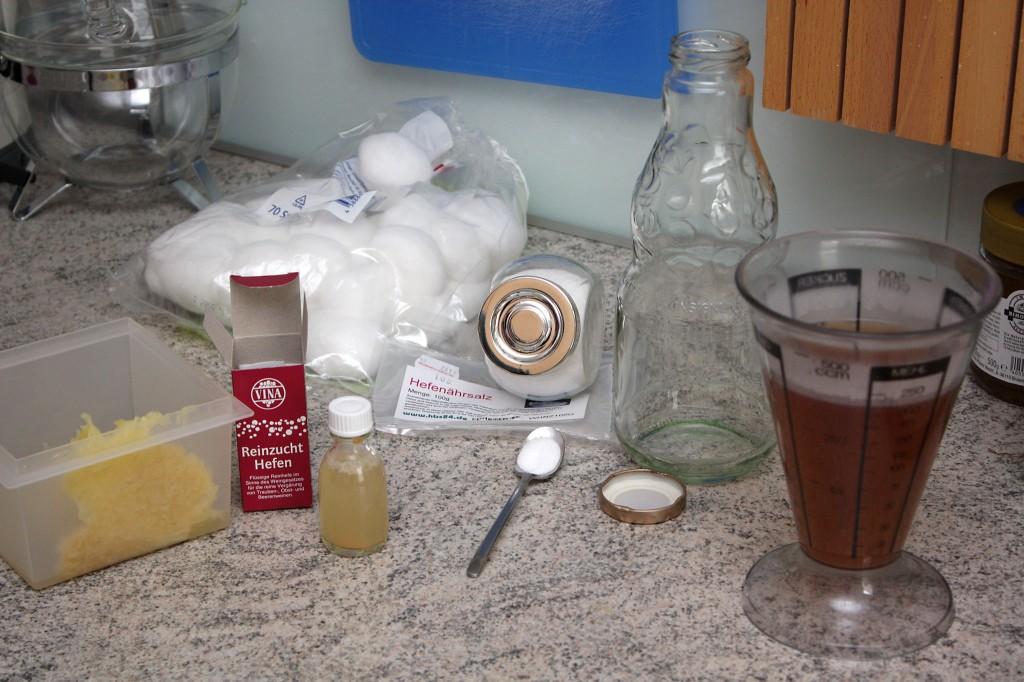 Gäransatz vorbereitete Zutaten - Apfel gerieben, Nährsalz und Apfelsaft abgemessen